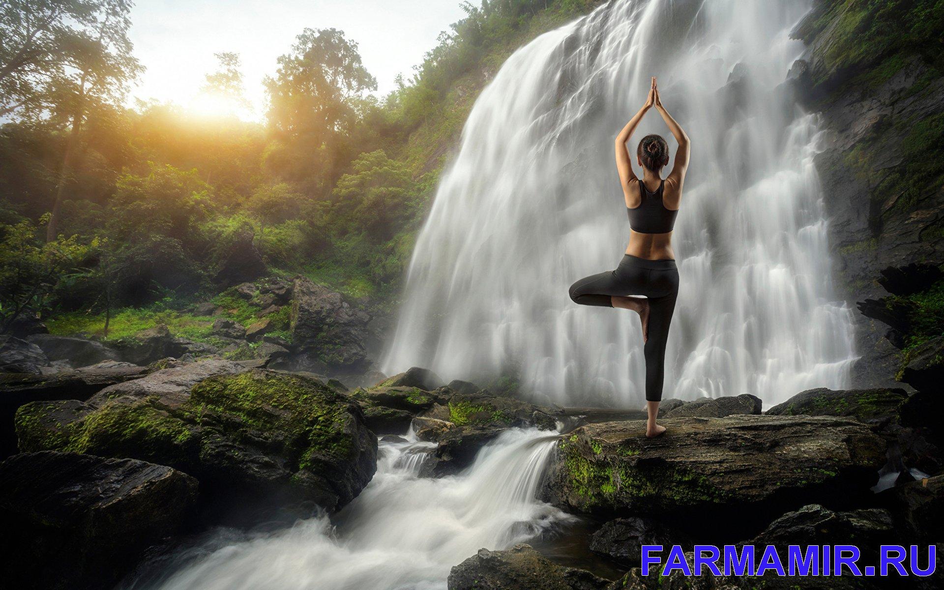 йога на природе у водопада