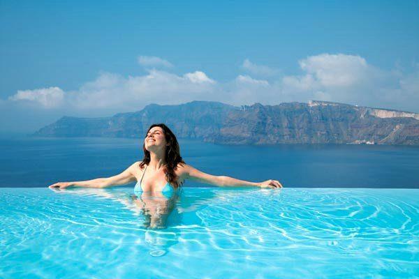 девушка отдыхает в бассейне