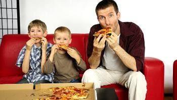 отец доедает пиццу