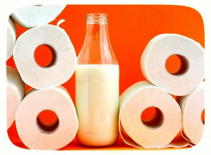 бутылка с молоком и туалетная бумага