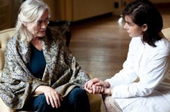 уход-и-женщина-с-с деменцией-Холдинг-руки