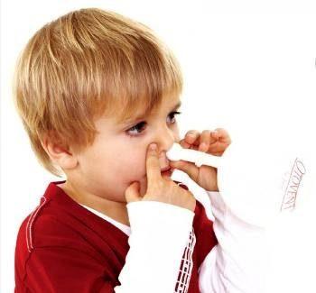 ребенок дышит с помощью носового шара