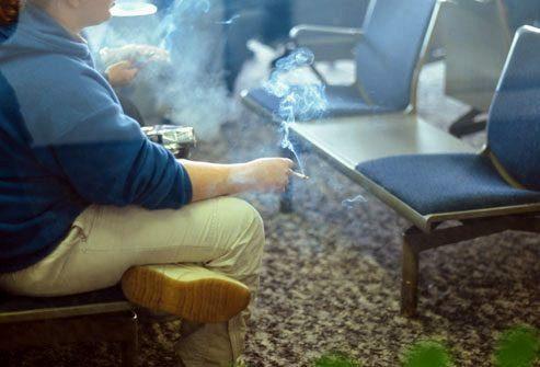 курящая женщина на вокзале