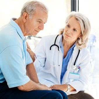 женщина врач разговаривает с пациентом