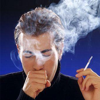 курящий человек кашляет