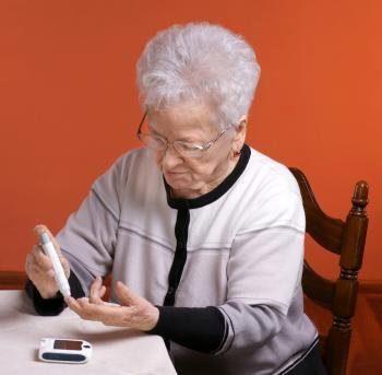пожилые леди-тесты-ее-кровь-сахар-уровня с-ручкой-устройства