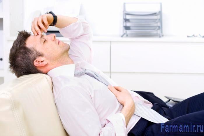 усталый мужчина лежит на диване