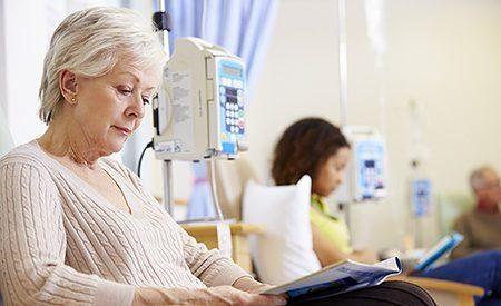 пожелая женщина читает журнал в клинике