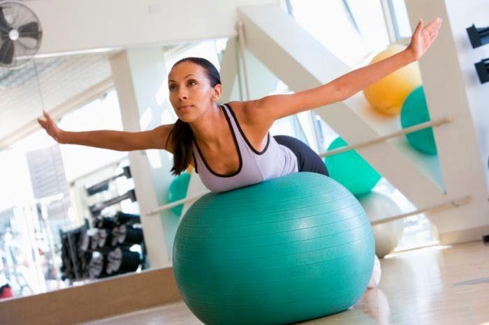 Женщина-упражнения-на-на-швейцарско-мяч