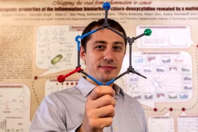 Богдан Феделес держит модель 5-хлорцитозина
