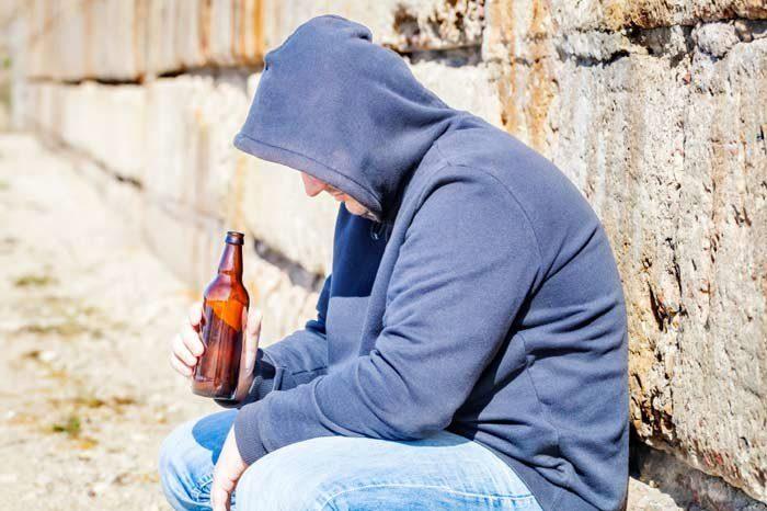 157163-алкоголик пьет