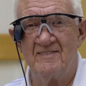 Протез глаза Argus II компании Second Sight вернул центральное зрение пациенту с возрастной макулярной дегенерацией