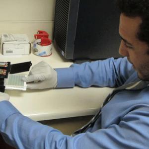 Устройство для смартфона проводит тесты ELISA, помогая установить клиническую лабораторию в сумке врача