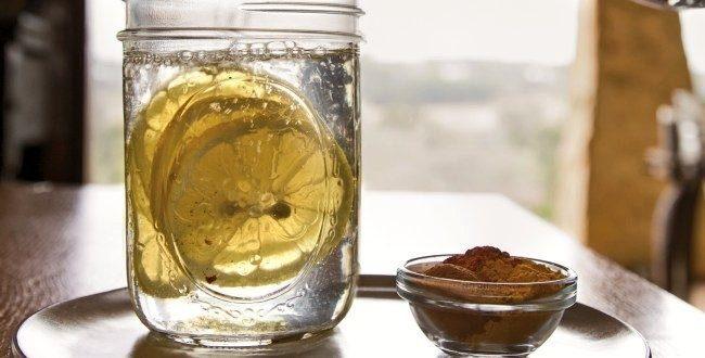 лимон в стакане с водой