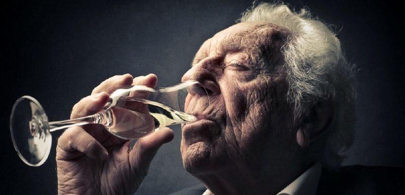 пожилой человек пьет пиво