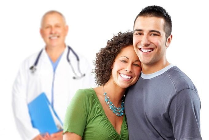 молодая пара и доктор