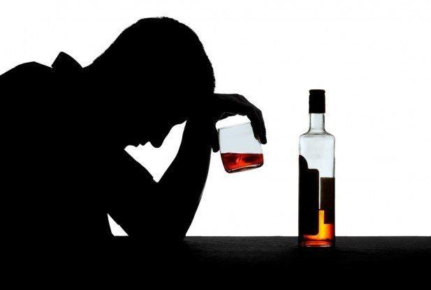 мужчина с болаком и бутылкой виски