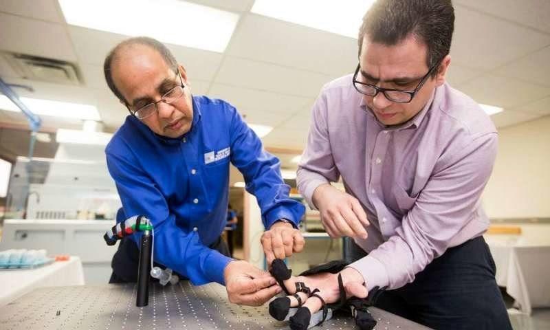 работают над роботизированной перчаткой