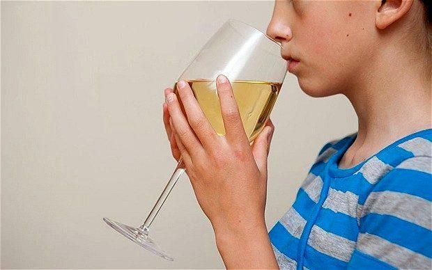 юноша пьет вино