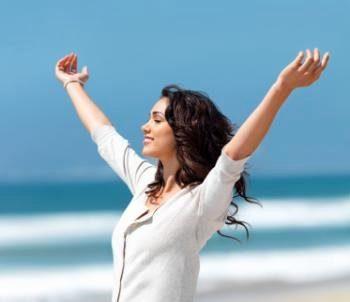счастливая девушка размахивает руками