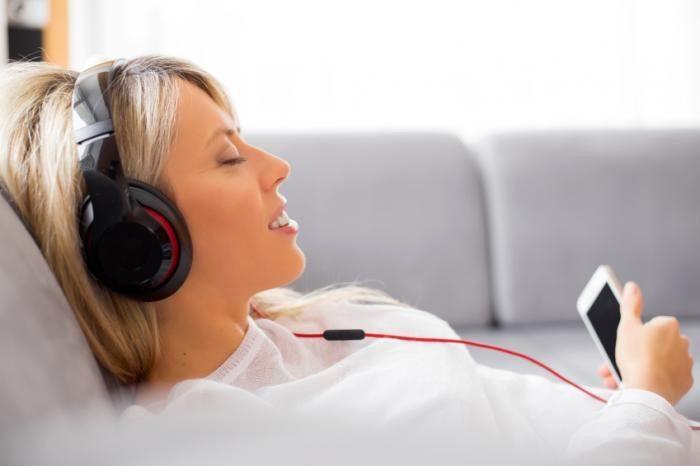 девушка слсушает музыку в наушниках