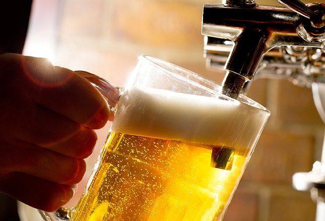наливают пиво в бокал