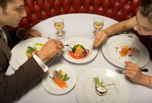 парень с девушкой кушают в ресторане