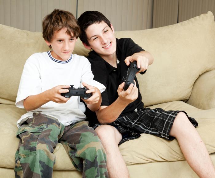 два ребенка играю в видео игры