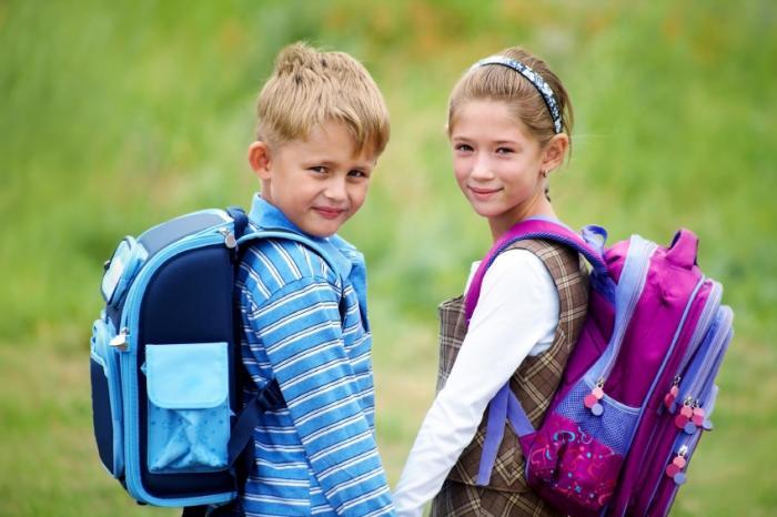 два ребенка с школьными рюкзаками