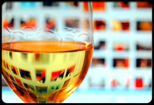 Употребление белого вина разрушает зубы