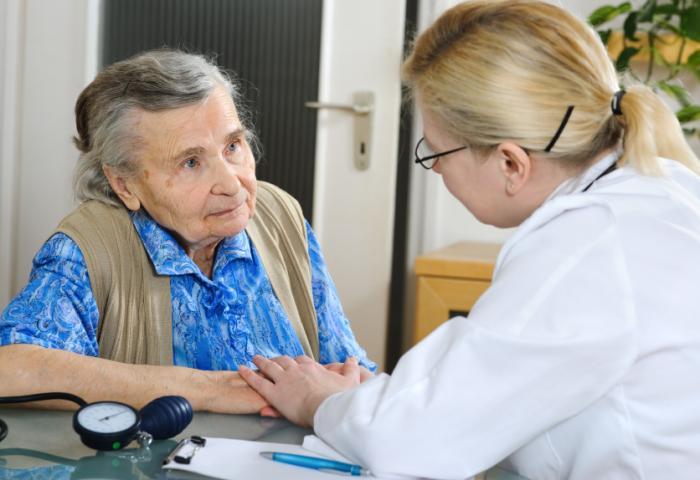 Пожилые люди с признаками депрессии должны обратиться к врачу для обследования.