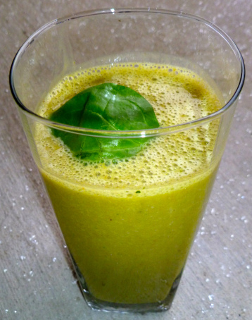 Зеленый коктейль со шпинатом.