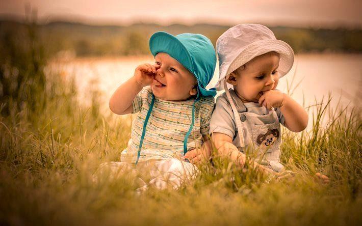 дети играются в траве
