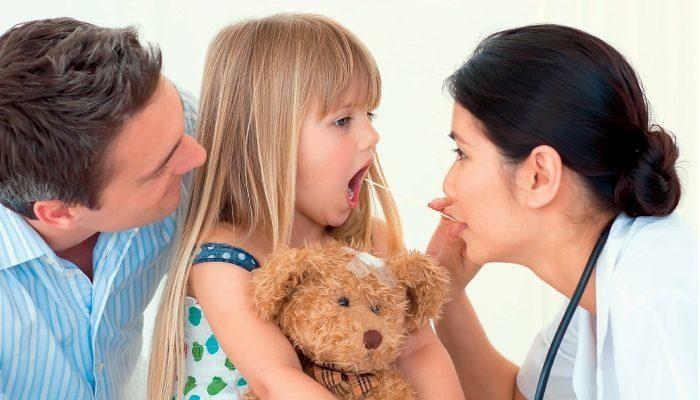 осмотр ребенка на ангину