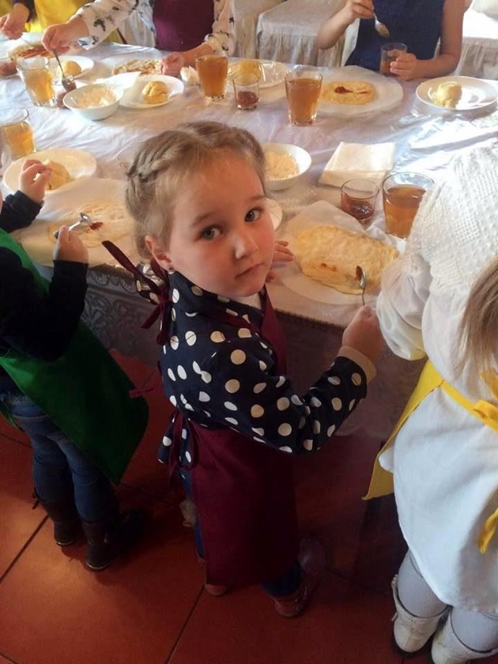 ребенок в три года кушает
