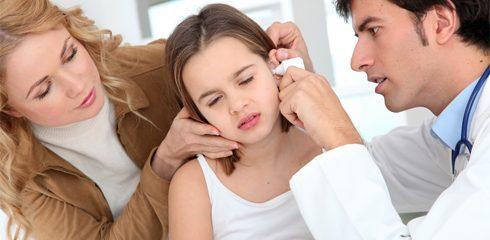 В ходе внешнего осмотра с помощью специального воронкообразного приспособления (отоскопии) врач оценивает состояние стенок наружного слухового прохода и поверхности барабанной перепонки.