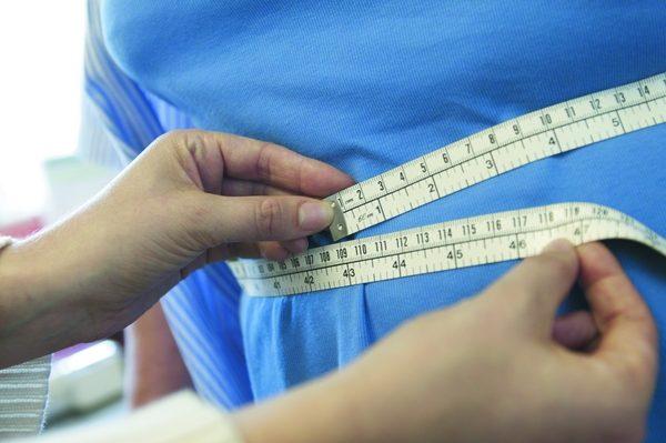 С помощью обычной измерительной ленты определяем окружность талии.