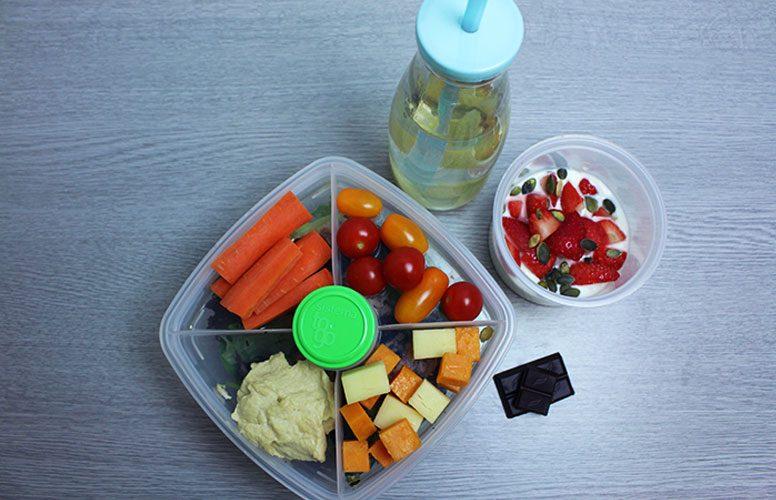 На рисунке изображен пример полезного для здоровья школьного обеда, который содержит менее 30 г углеводов, но зато богат питательными веществами.