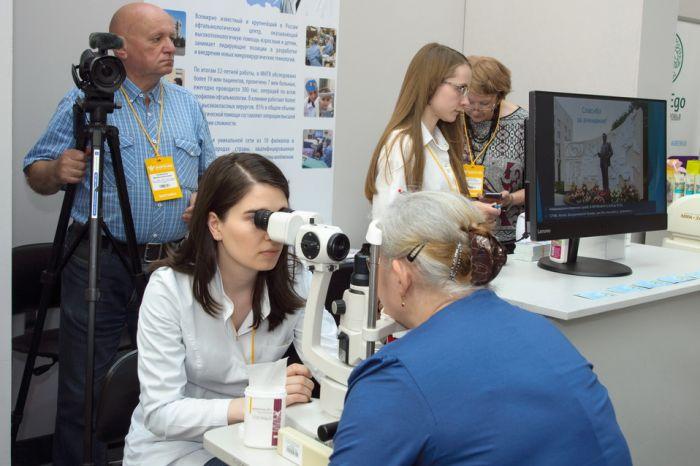 окулист на выставке проверяет зрение