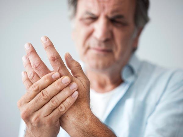 болят пальцы у мужчины подагра