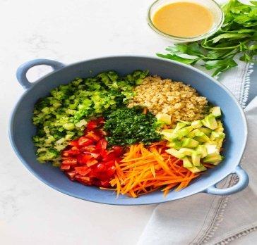 Салат из киноа с вареными яйцами и свежими овощами