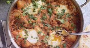 Карри с картошкой-пашот и яйцами