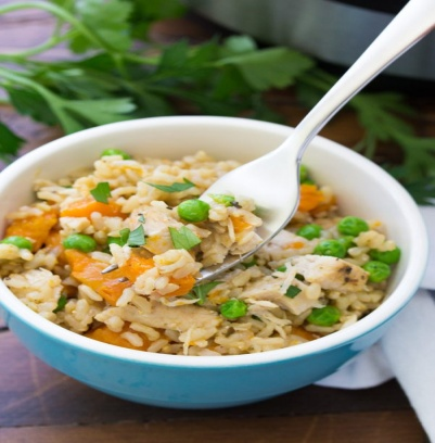 Вареная курица и овощи с коричневым рисом