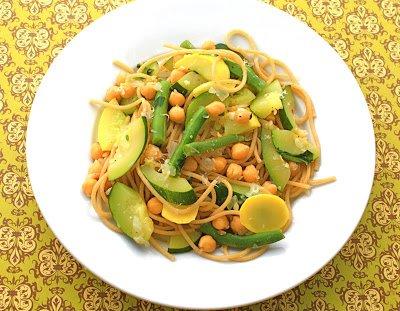 Нут и свежие овощи с цельными зернами