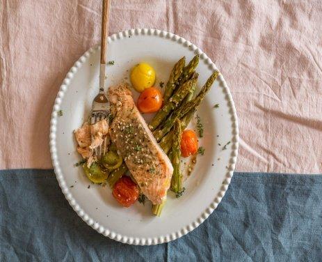 Запеченный в масле лосось со спаржей и помидорами черри