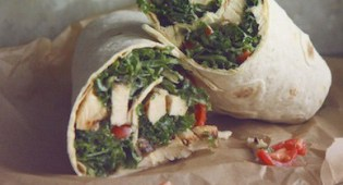 Салат из капусты «Цезарь» с курицей гриль в лаваше.