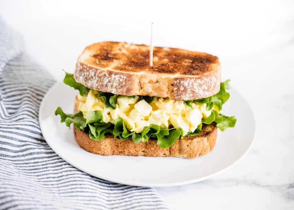 1. Сэндвич из цельного зерна с вареными яйцами и салатом