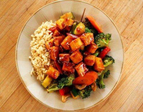 1. Жареный тофу и овощи с коричневым рисом.