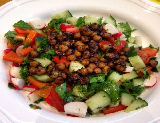Нут и свежие овощи