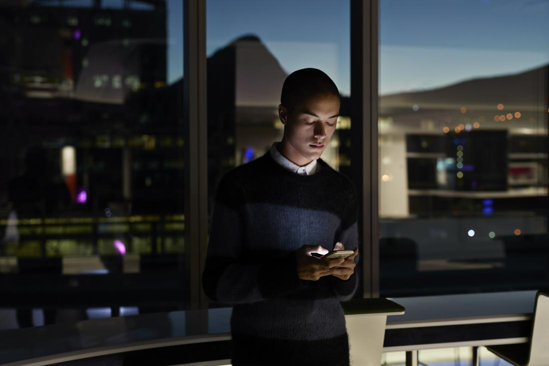 девушка читает смс на телефоне